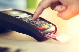 Limpie su mano con su tarjeta de crédito a través de la terminal en venta