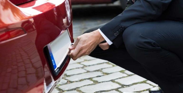 cómo quitar la matrícula de un automóvil
